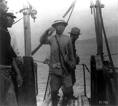 A photograph shows Philippine President Emilio Aguinaldo boarding the USS Vicksburg.